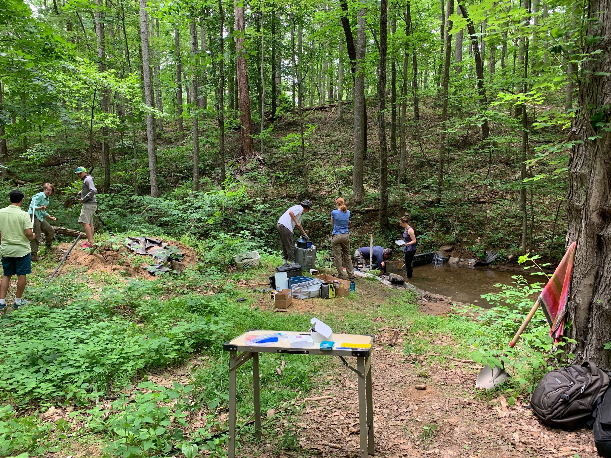 All hands on deck for deploying the new weir, ISCO, & telemetry for our sensor gateway! ⁦@VT_Biology⁩ ⁦@vtgeosciences⁩ ⁦@whittercritterr⁩ ⁦@ryan_mclake⁩ ⁦@Seashells1111⁩ ⁦@planktongirl16⁩ ⁦@MEL_Phytos⁩ ⁦@DexterHoward77⁩